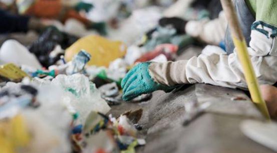 Vi vil skabe cirkulær økonomi ved at købe bæredygtige materialer til emballage; genbruge plastik og reducere madaffald.
